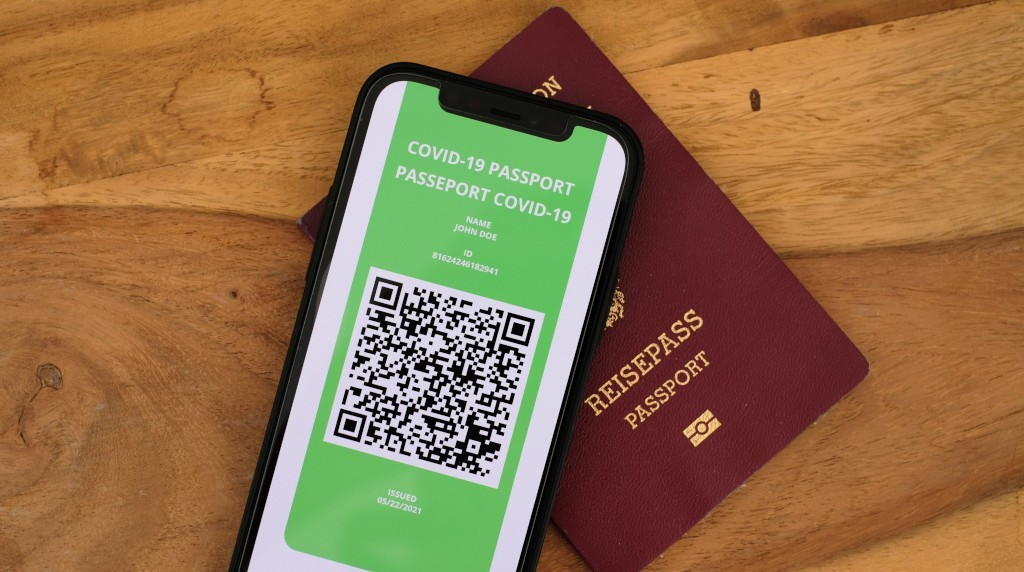 Los problemas del pasaporte covid, el leak de Facebook y Google trackeando móviles.